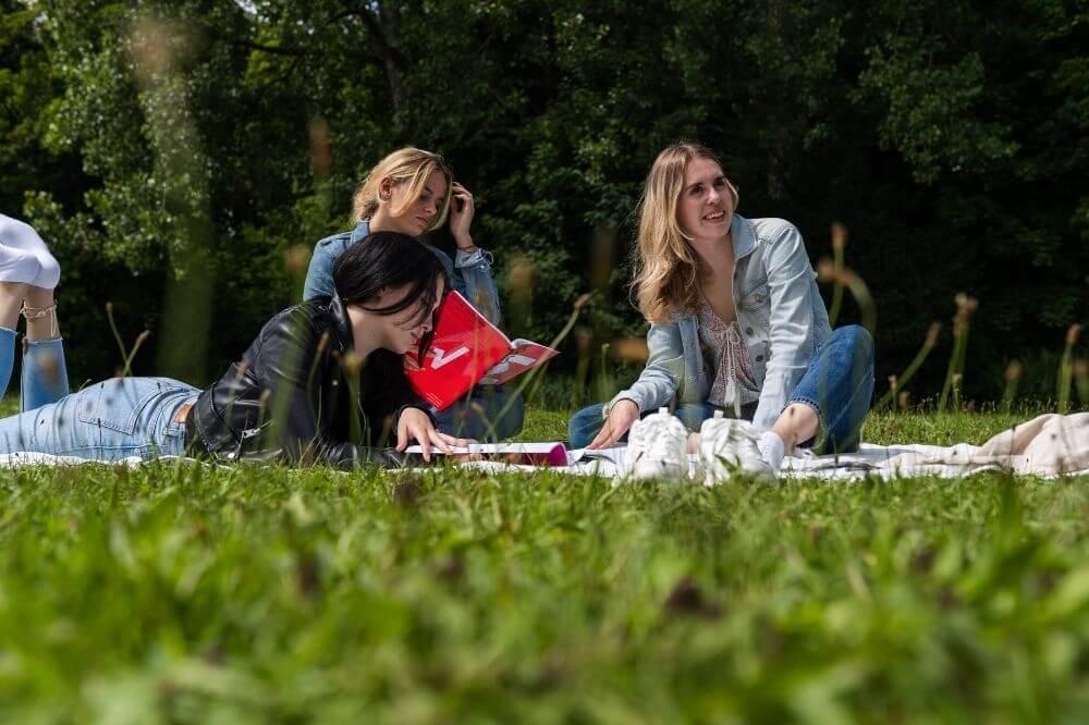 Gemeinsam lernten die Studenten unter freiem Himmel und erfreuten sich ihres Lebens!