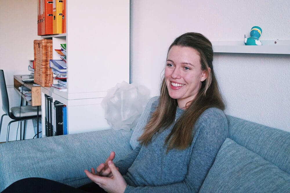 Luisa auf einer Couch, die über ihreTMS Vorbereitung erzählt