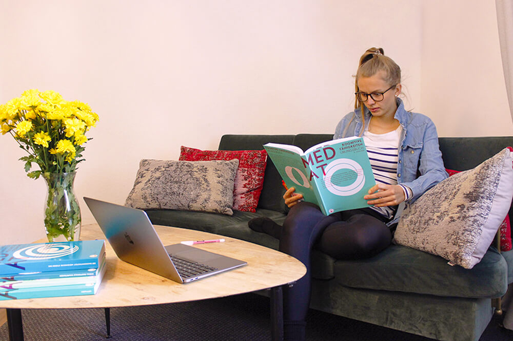 Verena lernt für den MedAT mit den MedGurus Büchern