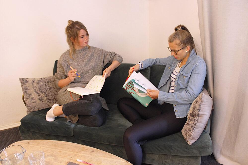 Freundinnen beim Lernen für den MedAT