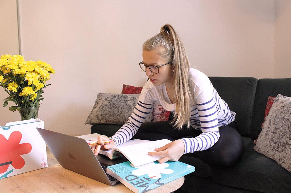 Studentin bei der Vorbereitung auf den MedAT